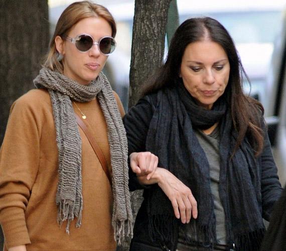 Scarlett Johansson édesanyja, Melanie Sloan vonásait örökölte, a 60 éves anyuka meglepően jó formában van.