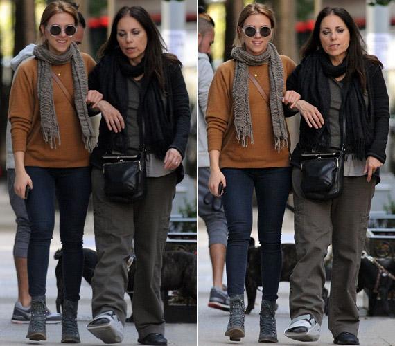 A színésznő mamája a közelmúltban kificamította a bokáját, ezért begipszelték a lábát - lánya segített neki a mozgásban.
