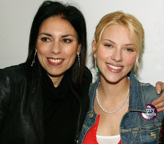 Ha egymás mellé állnak jól látszik, hogy - bár Melanie Sloan tónusai sötétebbek - a mosolyuk ugyanaz.