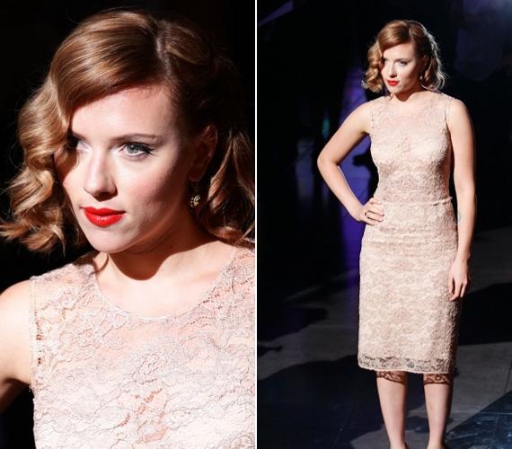 Johansson már egy ideje vörös hajszínnel hódít, a színésznőnek egy szerep miatt kellett megválnia jól ismert szőkeségétől.