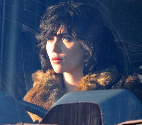 Az Under the Skin című sci-fiben a főhősnő Laura karakterét ölti magára Scarlett Johansson.