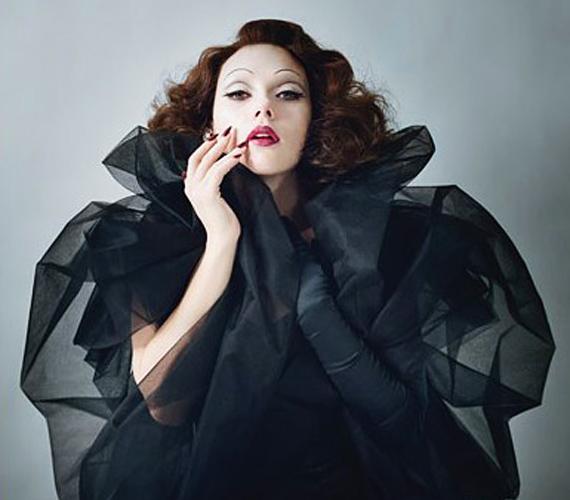A színésznő itt Marlene Dietrichnek öltözött, jól áll neki a barna haj, de a szőkén valahogy dögösebb.