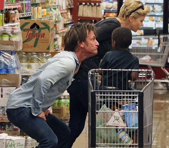 Sean Penn imád bolondozni a színésznő fiával.