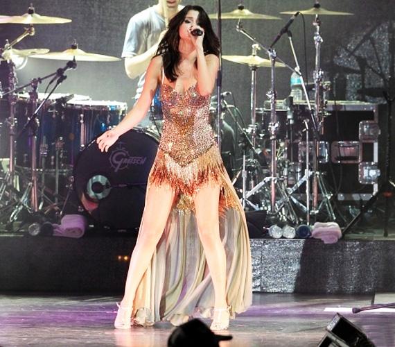 Selena Gomez előszeretettel lép színpadra olyan merész ruhákban, mint Beyoncé, ez a flitteres arany dressz például nem sokat takart bájaiból.