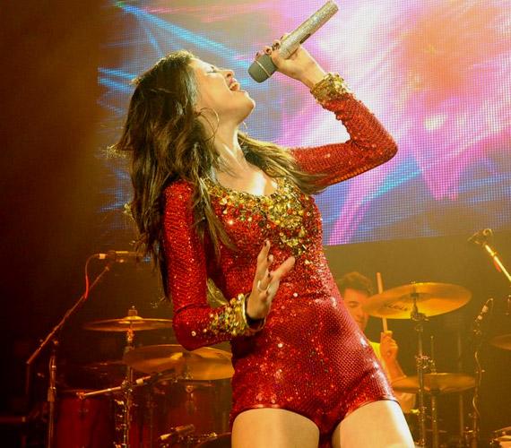 Karácsonyi turnéjának kaliforniai állomásán az énekesnő fiatal korát meghazudtolva profi show-t adott elő.