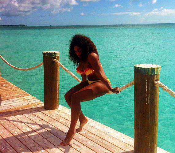 Mindenki arra vágyik, hogy ilyen környezetben pihenhesse ki fáradalmait, Serena Williams pedig ezt meg is tette: sellőként pózolt a gyönyörű kék óceán partján.
