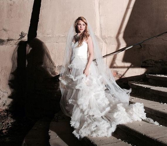 Lehet, hogy párjának is utalni próbált a menyasszonyi ruhás kép megosztásával.