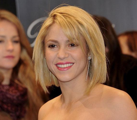 Shakira hullámos sörényéből egy állig érő bubi lett, tépett, féloldalas frufruval. Egyedül a hajszíne maradt változatlan. Madridban, a 40 Principales Awardson már új frizurájával jelent meg.