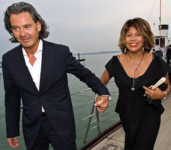 Tina Turner 73 évesen ment férjhez a 20 évvel fiatalabb Erwin Bach-hoz. A pár már 18 éve élt boldog párkapcsolatban, de esküvőre csak 2013 májusában került sor.