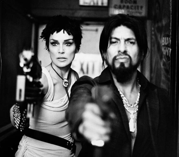 Thierry le Goues a bűnözőt megformáló Anton Rivas színész partnereként készítette a fekete-fehér fotókat a sztárról.