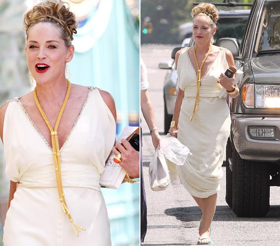 Stone ebben a görög szabású, csodás ruhában, arany ékszereivel valóban istennőként tündököl, húsz évet is letagadhatna a korából.