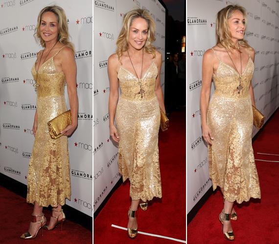 A különböző árnyalatú arany csipkéből készült alkalmi ruhához arany retikült és ugyanilyen színű cipőt választott, no meg természetesen arany nyakláncot, kereszt alakú medállal.