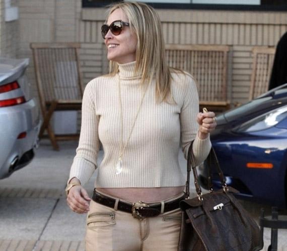 Az 53 éves színésznőt nem hozta zavarba a tény, hogy felsője túlságosan rövid.