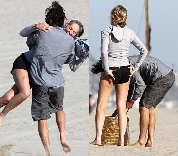 A színésznő 54 évesen is remek formában van, és szívesen bolondozott a parton kedvesével.
