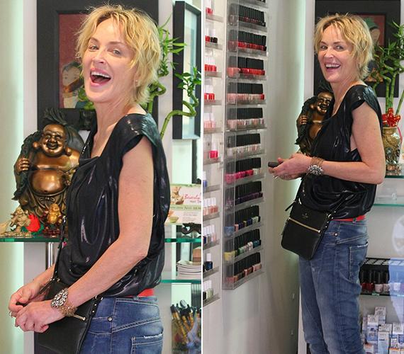 A színésznőt a körömlakkok polcainál kapták lencsevégre. Amikor észrevette, hogy fotózzák, más sztároktól eltérően nem lett ideges, sőt, nagyokat mosolygott a fotósoknak.