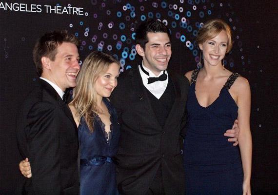 Ezen a fotón a szélen álló, karcsú Juliana és a Boom Kat Dance Theatre tagjai egy premieren örülnek a sikernek.