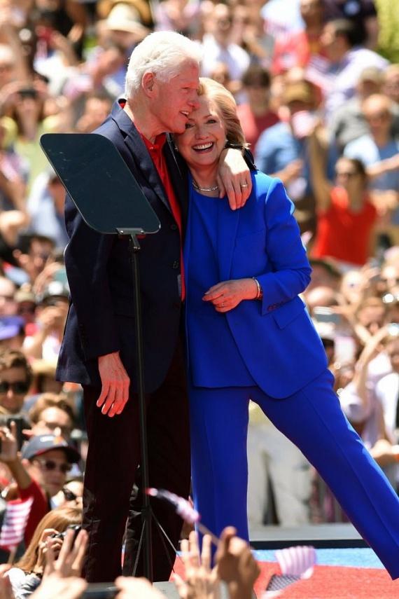 A történelem legnagyobb port kavart félrelépései közé tartozik Bill Clinton és Monica Lewinsky viszonya, amit az exelnök felesége, Hillary mégis megbocsátott. Igaz, korábban azt nyilatkozta a politikus, hogy még a szemét is majdnem kikaparta a felesége, amikor kiderült, azonban túl tudtak lépni a problémán.