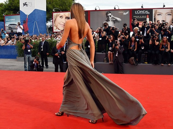Igazi színváltós csoda volt Sistine dögös ruhája: különböző megvilágításban más-más színűnek mutatta magát.