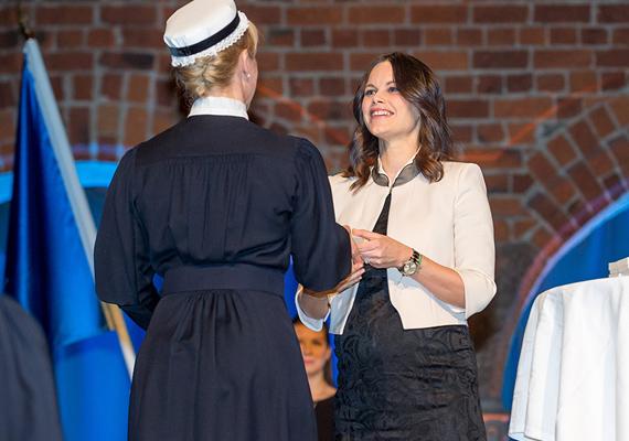 A jótékonysági alap még Sophia királynő nevéhez fűződik. A programban résztvevő Sophiahemmet University College végzős növendékeit megajándékozzák a királyi brossal.
