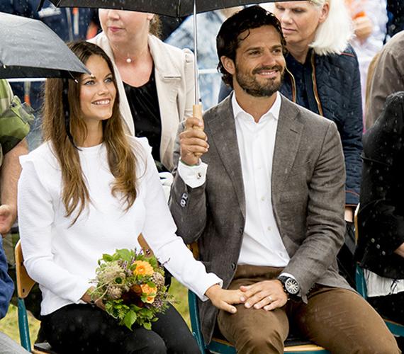 Bár szakadt az eső, a hercegi pár arcáról semmi nem olvaszthatta le a mosolyt, Károly Fülöp egyszerre tartotta kettőjük fölé az esernyőt és fogta felesége kezét.