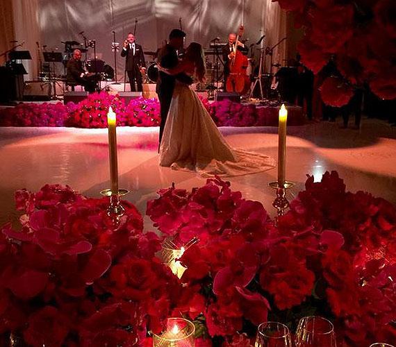 A lagzit élő zene kísérte, a dekoráció pedig nem volt más, mint több száz vörös rózsa, hangulatos fényekkel egybekötve. A fotón Sofia Vergara és Joe Manganiello első közös tánca látható, mint férj és feleség.