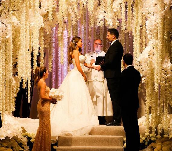 A fotót már a szertartás után osztotta meg a színésznő, ezen látható először a boldog ifjú pár, ahogy szerelmesen néznek egymás szemébe. Nemcsak Sofia nézett ki káprázatosan, Joe Manganiello is remekül festett az öltönyében.