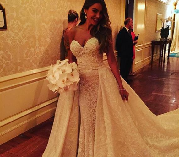 Sofia Vergara menyasszonyi ruhája nem éppen nevezhető szolidnak: 350 kristály, 3,5 kiló gyöngy, majdnem 6 kiló flitter és 32 ember kellett a gyönyörű, Zuhair Murad által tervezett ruhaköltemény elkészítéséhez.