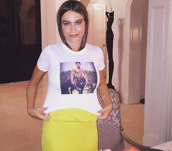 Családjától egy vicces pólót kapott, amin párja, Joe Manganiello látható félmeztelenül. Még ebben is dögös volt!