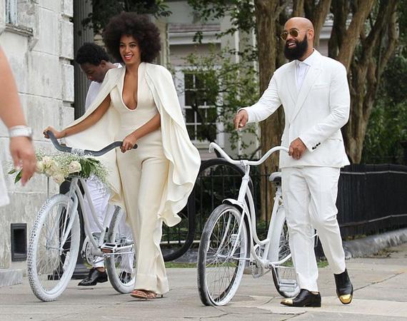 A boldog pár az igen kimondása után nem limuzinnal távozott, hanem hófehér biciklikre pattantak, úgy mentek a vacsora helyszínére.