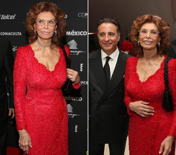 Sophia Loren vörös, gazdagon díszített csipkeruhájában azonnal a figyelem középpontjába került.