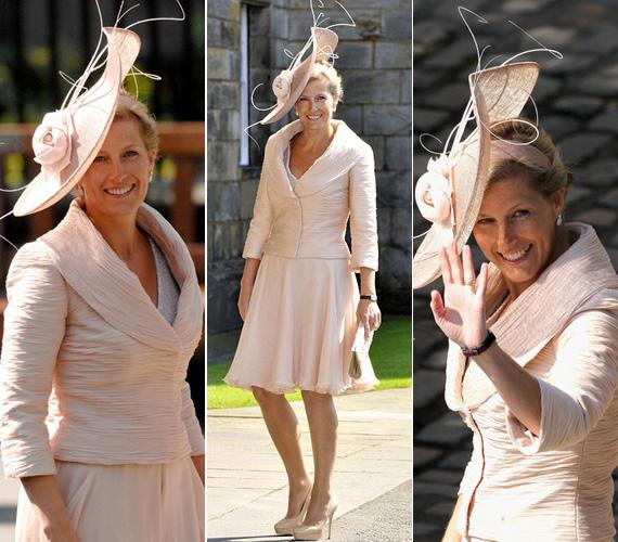A királynő unokája, Zara Phillips esküvőjén ebben a lenge, halványbarack öltözetben tündökölt.