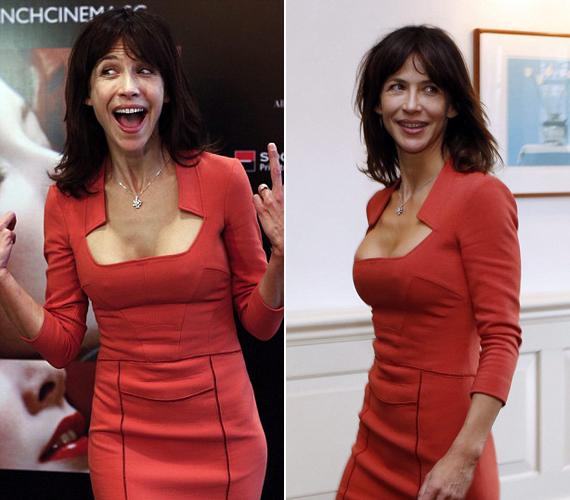 A színésznő 46 évesen is rendkívül csinos, piros ruhája pedig feszült formás alakján.
