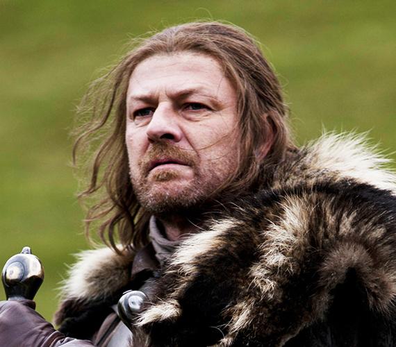 A Sean Bean által alakított Eddard Stark tragikus halált hal a Trónok harca című sorozat első évadában: árulásért lefejezik.