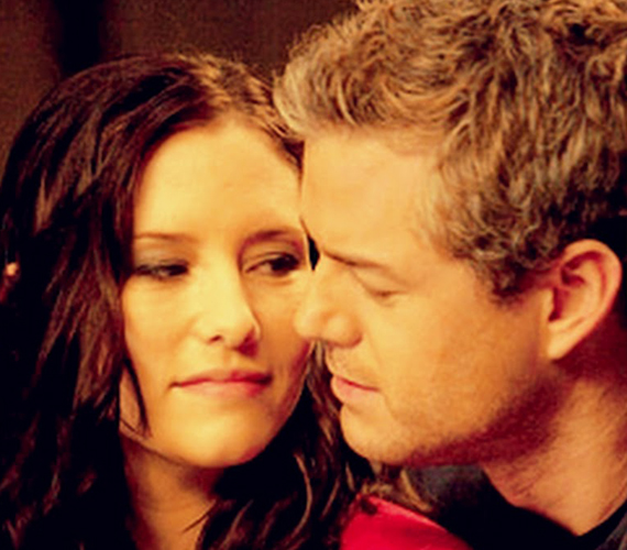 Lexie Grey és szerelme, Mark Sloan is meghal a sorozatban. Lexie a repülőgép-szerencsétlenségben, Sloan pedig már a kórházban, hogy újra együtt lehessen kedvesével.