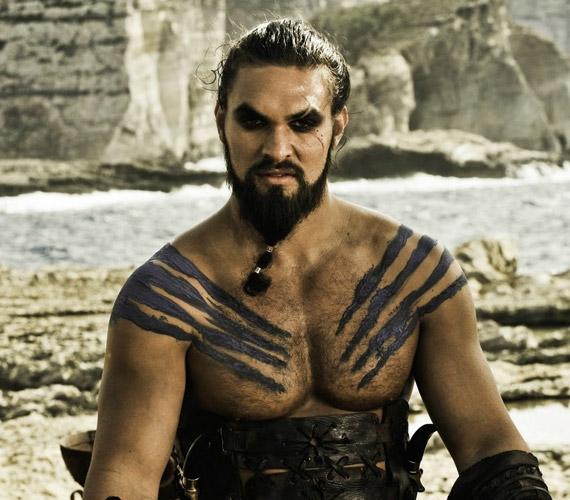 Jason Momoa karaktere, Khal Drogo egy elfertőződött harci seb miatt leli halálát a Trónok harca című sorozat első évadjában.