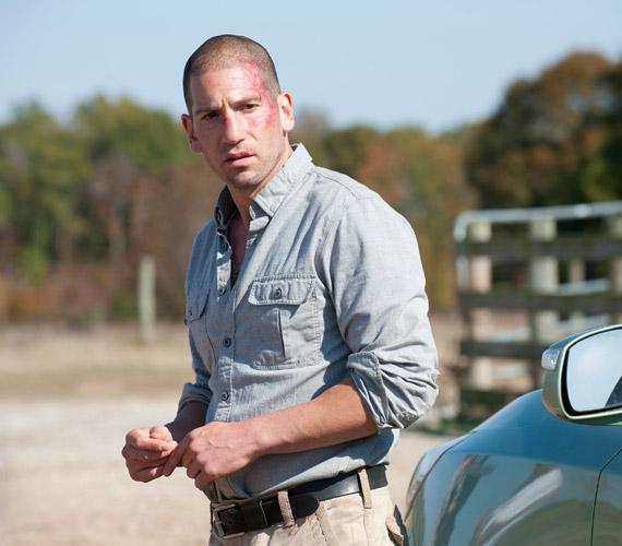 A Walking Dead című sorozat Shane-jét társa, Rick szúrja hasba önvédelemből. Majd amikor később zombivá változik, Carl lövi le, így duplán végeznek vele. Shane-t a jóképű Jon Bernthal alakítja.