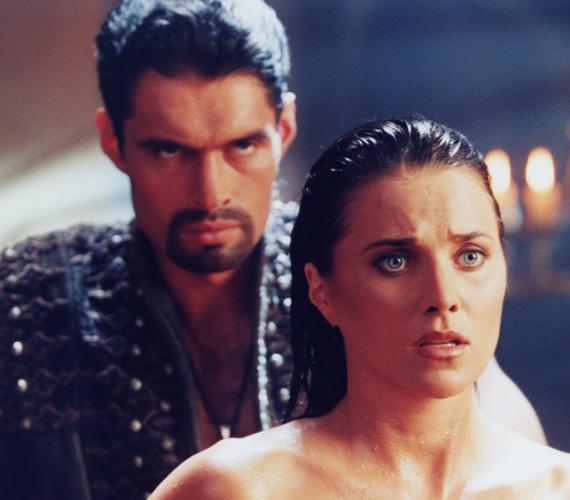 Az 1963-as születésű új-zélandi Kevin Smith Arest, a hadistent alakította a Xena: A harcos hercegnő című sorozatban 1995 és 2001 között. A férfi véletlenül került a színészet közelébe, egy sportsérülés révén több hétre kispadra került, párja pedig, hogy addig se forduljon magába, mutatott neki egy hirdetést, ahol színészt kerestek, fel is vették beugrónak. Halála is egy sérülés miatt következett be: Kevin Smith éppen Kínában forgatott, amikor olyan szerencsétlenül esett le több méter magasságból, hogy a feje súlyosan megsérült. A kórházban hunyt el, 38 éves volt.