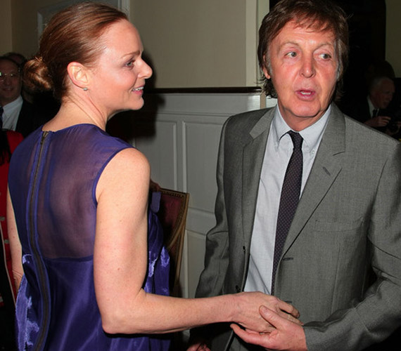 Stella McCartney édesapja társaságában érkezett - a tervezőnő ruhája hátulról sem mutatott túl jól.