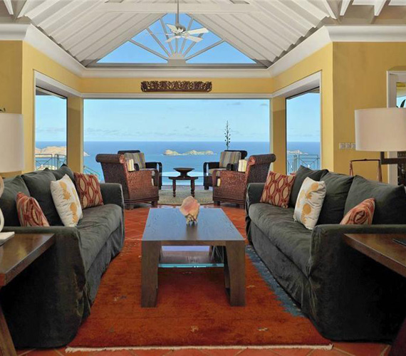 A nappali kényelmes kanapéjáról is csodálatos a kilátás a Karib-tengerre.