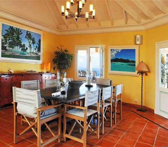 Az étkező sárga falai melegséget és otthonosságot árasztanak, az asztalnál nyolc személy étkezhet kényelmesen.