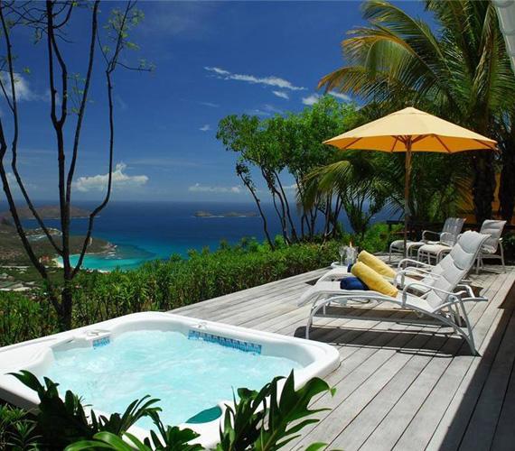 A jakuzzi mellett lehet napozni, vagy gyönyörködni a lélegzetelállító panorámában.