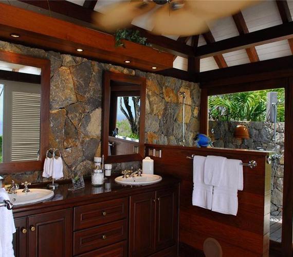 A fürdőszobába is rengeteg fény jut a hatalmas ablakokon.