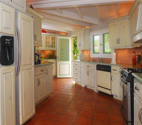 A konyhát nem a nappaliban rendezték be, hanem külön, így a szagok biztosan nem lengik be a lakóteret.
