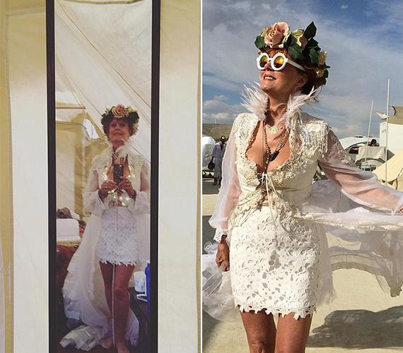 Susan Sarandon a barátjának szervezett ceremóniára egy különleges, mélyen dekoltált esküvői ruhát vett fel, a hajába pedig virágkoszorút tűzött.
