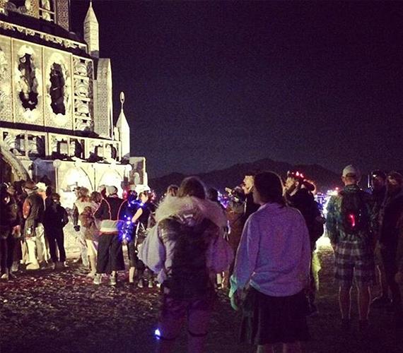 Íme, a templom, amit egy nap alatt állítottak fel a fesztivál területén, hogy megtarthassák Leary búcsúztatóját. Ez a bulizók figyelmét is felkeltette, elég sokan ácsorogtak körülötte.