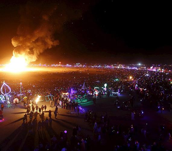 Szombat éjjel felgyújtották a Burning Man jelképét, a férfit formázó, 18 méter magas figurát. A lángoló alakot 70 ezren nézték.
