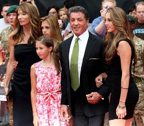 Sylvester Stallone 1997-ben vezette oltár elé harmadik feleségét, aki három kislánnyal ajándékozta meg.
