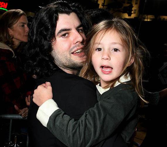 Kicsi gyerekként a 2012. július 13-án tragikusan elhunyt féltestvére, Sage Stallone karjaiban.
