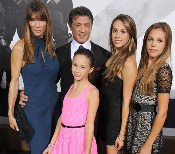 Jennifer Flavin, Sylvester Stallone, valamint lányaik, Scarlet, Sophie és Sistine A feláldozhatók 2 tavaly augusztusi bemutatóján.