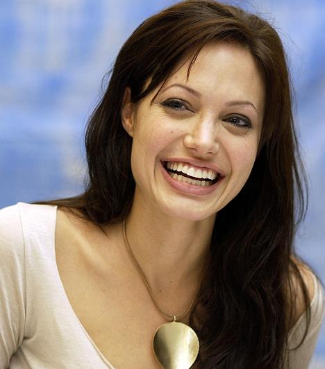 Angelina JolieTermészetesen nem maradhat ki korunk egyik legismertebb sztármamija, főleg, mivel hat gyerkőcöt nevel párjával, Brad Pittel. Maddoxot, Paxot és Zaharát örökbe fogadták, közös gyermekeik pedig a 2006-os születésű Shiloh, valamint a 2008-ban világra jött ikrek: Knox Leon és Vivienne Marcheline.Kapcsolódó címke:Angelina Jolie »